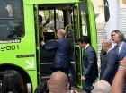 El presidente Danilo Medina aborda un autobús de la OMSA al encabezar ayer en el Palacio Nacional el acto de entrega de 100 unidades, cuyo objetivo es mejorar el servicio en la Capital y Santiago.