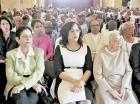 La directora de Conape, Natalie Marie Méndez, participa junto a envejecientes en la misa por el Día Internacional de Envejeciente.