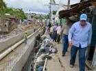 El director de la CAASD, Alejandro Montás, supervisó los trabajos en la cañada El Arrozal, en La Ciénaga, la cual dijo será entregada limpia en diciembre.