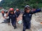 Rescatistas buscaban sobrevivientes en la zona afectada.