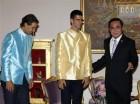 El primer ministro de Tailandia, Prayuth Chan-ocha, derecha, recibe a los tenistas Novak Djokovic, centro, y Rafael Nadal en una actividad el viernes, 2 de octubre de 2015, en Bangkok.