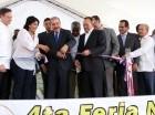 El presidente Danilo Medina corta la cinta para dejar inaugurada la feria.