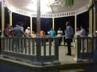 Comerciantes y transportistas reunidos en la glorieta del parque Duarte de Dajabón.