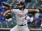 El abridor de los Nacionales de Washington Gio Gonzalez lanza contra los Mets de Nueva York en el segundo inning de un partido de las Grandes Ligas.