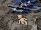 Una muñeca y alguna ropa quedan tendidas en el lugar, mientras los rescatistas continúan la búsqueda