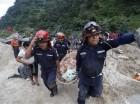 Equipos de rescate portan en una camilla el cadáver de una de las víctimsas de un deslizamiento de tierra en Santa Catarina Pinula, en las afueras de la ciudad de Guatemala.
