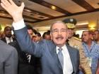 El presidente Medina sonríe y saluda luego de encabezar la celebración del Día del Retirado de las Fuerzas Armadas, en el Salón Independencia, del Ministerio de Defensa.