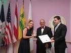 La viceministra de Turismo, Marcia Patricia Isa Nadal, al momento de recibir el reconocimiento.