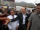 El presidente del Banco Mundial, Jim Yong Kim, saluda a la gente acompañado del ministro de Salud del Perú Aníibal Velásquez en el empobrecido barrio de Carabayllo en Lima, Perú.