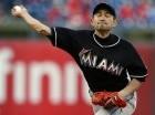 El japonés Ichiro Suzuki, de los Marlins de Miami, realiza un lanzamiento en el noveno inning del juego contra los Filis de Filadelfia, el domingo 4 de octubre de 2015.