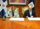 El procurador general de la República, Francisco Domínguez Brito, y el director de AMET, general de brigada de la Policía Nacional, Frener Bello Arias, durante la firma del documento.