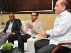 Félix Francisco (izq.), gerente general de los Gigantes, junto al dirigente Audo Vicente en visita a elCaribe.