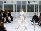 Una modelo presenta piezas de la colección primavera-verano 2016 de Chanel durante la Semana de la Moda de París el martes 6 de octubre de 2015 en París, Francia.
