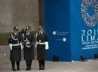 Policías están afuera del centro de convenciones, la sede de las reuniones anuales del FMI y el Banco Mundial, en Lima, Perú, el miércoles 7 de octubre de 2015.