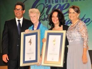 Virginia Cabral Arzeno y Augusto Ramírez junto a Sor Leonor, de la Casa de la Cultura; y María Ligia Grullón, de la Asociación 37 por las Tablas, ganadoras del Gran Premio George Arzeno Brugal.