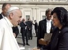 Roma. La presidenta del Senado, Cristina Lizardo, saluda al Santo Padre, quien expresó su deseo de visitar la República Dominicana. Lizardo estuvo acompañada de varios senadores dominicanos.