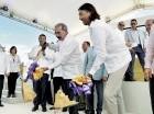 El presidente Danilo Medina y Antonio Montaner dan el primer palazo.