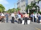 Los manifestantes se agarran de las manos mientras exigen el cierre de la OISOE.