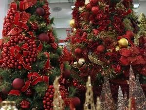 Esta navideña mezcla tonalidades clásicas y modernas para decorar los espacios.