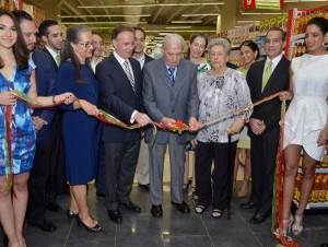 Oscar Fernández, presidente fundador, realiza el corte de cinta acompañado de Florencio García y demás ejecutivos de Supermercado Unidos.