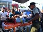 La estudiante Angelis de los Santos es introducida a una ambulancia para ser llevada al hospital de las Fuerzas Armadas, luego de ser embestida en la parada del Metro de la calle Dr. Defilló con Kennedy, por el autobús conducido por Pedro Rosario, quien