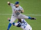 Rougned Odor, de Texas, lanza a primera para completar una doble matanza. En la jugada Josh Donaldson, tercera base de Toronto, salió lesionado.