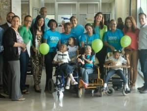 Mónika Despradel junto a niños y personal de la fundación y empleados de elCaribe.