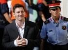 El jugador del Barcelona, Lionel Messi, izquierda, sale del tribunal tras ser interrogado en un caso de fraude fiscal el 27 de septiembre de 2013 en Barcelona. (AP Photo/Emilio Morenatti, File)