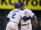 El venezolano Alcides Escobar y Ben Zobrist, de los Reales de Kansas City, se abrazan tras vencer a los Astros de Houston en el segundo juego de la serie divisional.