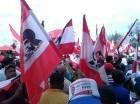 Miembros del Movimiento Rebelde (MR), que preside el diputado Juan Hubieres del Rosario, apostados frente a la JCE.