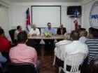 El candidato presidencial del PRM (centro), junto al al también candidato presidencial por el Partido Nacional Voluntad Ciudana, Juan Cohen, en una visita al PNVC.