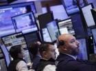 Corredores efectúan su trabajo en la Bolsa de Valores de Nueva York.