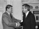 En esta foto del 27 de febrero de 1985, el presidente estadounidense Ronald Reagan se despide de Jerry Parr, el agente del Servicio Secreto que le salvó la vida durante un atentado el 30 de marzo de 1981.