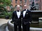 El embajador estadounidense en Dinamarca Rufus Gifford, derecha, sonríe junto a su esposo Stephen DeVincent tras su boda en el Ayuntamiento de Copenhague el sábado.