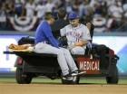 Rubén Tejada de los Mets de Nueva es sacado del terreno tras salir lesionado al intentar un doble play contra los Dodgers de Los Angeles el 10 de octubre de 2015.