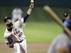 Dallas Keuchel, abridor de los Astros de Houston, realiza un lanzamiento ante Ben Zobrist, de los Reales de Kansas City.