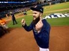 El serpentinero Dallas Keuchel sonrie tras la victoria de los Astros sobre Kansas.