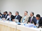 Legisladores y funcionarios durante la reunión.