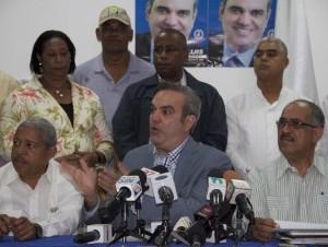 Luis Abinader habla e la rueda de prensa del Frente Agropecuario del PRM .