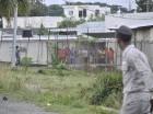 Un agente policial observa algunos reos de la cárcel La Victoria, momentos en que se escenificaba un motín dentro del penal.