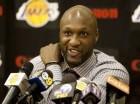 En esta foto del 31 de julio del 2009, Lamar Odom habla en una conferencia de prensa tras haber firmado un contrato de varios años con los de los Lakers de Los Angeles, en El Segundo, California. Odom se encuentra alerta y continúa mejorando una semana