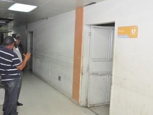 Parientes del raso Franklin Reyes en la morgue del Hospital José María Cabral y Báez.