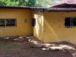 La vivienda donde se alojaban los supuestos sicarios fue impactada con decenas de balas de los policías.