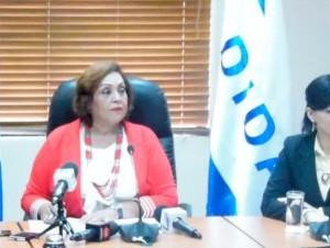 Nélsida Marmolejos, directora de la DIDA, izquierda, habla a la prensa.