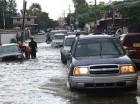 "Onda tropical ocasiona lluvias desde ayer. En la calle Doctor Defilló varios carros se ""quedaron""."