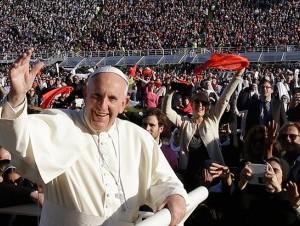 El papa Francisco afirmó, durante una visita a Prato, Italia, que todo el mundo merece respeto, ser bien recibido y un trabajo digno. Posteriormente, viajó a Florencia, donde pidió una Iglesia Católica que no se deje obsesionar por el poder.