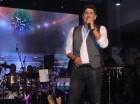 El merenguero Eddy Herrera durante su actuación en Hard Rock Café de Blue Mall.