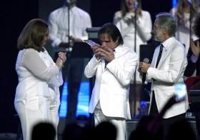 Roberto Carlos, agasajado como Persona del Año, besa el premio recibido junto a Laura Tesoriero, presidenta del Consejo Directivo de la Academia de la Grabación y Neil Portnow, presidente de la Academia.