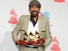 El cantautor Juan Luis Guerra posa tras ganar los tres Latin Grammy.