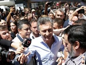 Mauricio Macri, del frente Cambiemos, es aclamado por seguidores luego de obtener la victoria en la segunda vuelta de las elecciones presidenciales en Argentina. Macri derrotó a Daniel Scioli y asumirá la presidencia el 10 de diciembre.